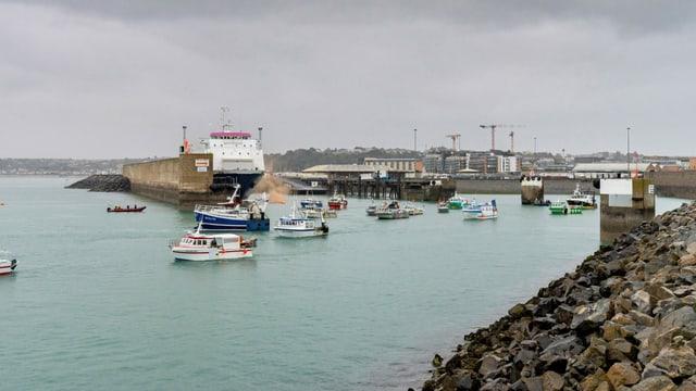 Zu sehen der gösste Hafen von Jersey.