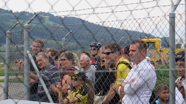 Menschen hinter einem Zaun