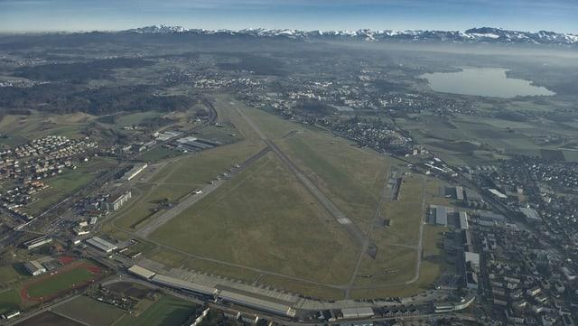 La plazza aviatica a Dübendorf ora la perspectiva d'utschè.