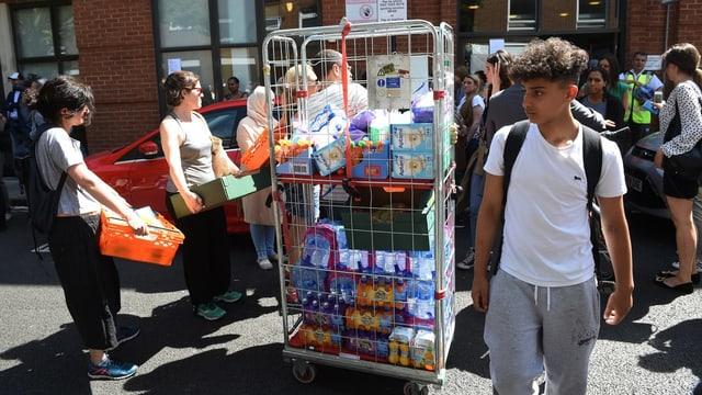 Freiwillige bringen Lebensmittel.