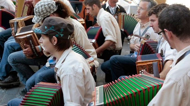 Oergeler des Volksmusikvereins Ennetmoos spielen am Eidg. Volksmusikfest in Chur