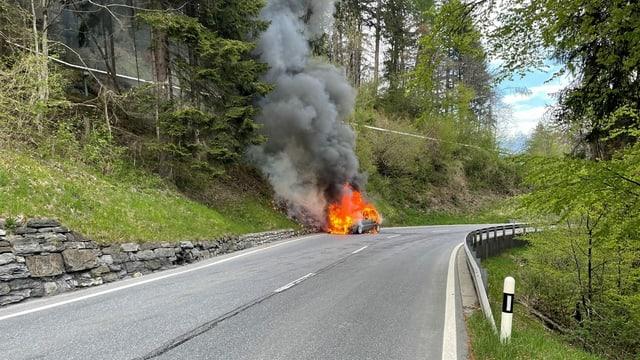 Auto che arda a l'ur da la via.