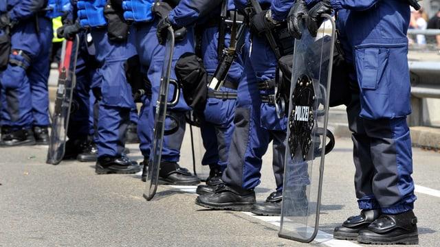 Polizisten bei einem Einsatz vor dem St.-Jakob-Park.