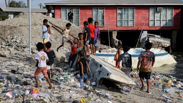 Kinder spielen auf Abfallhaufen