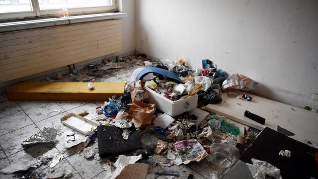 Der Boden einer Wohnung, übersät mit Abfall.