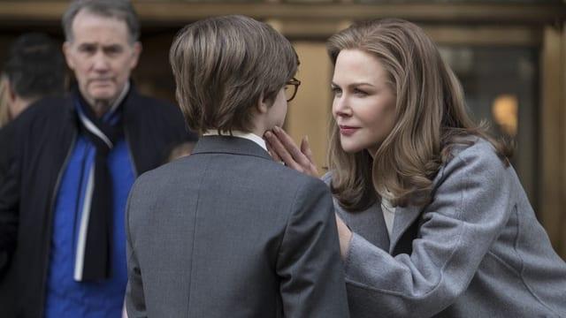 Eine Frau und ein kleiner Junge blicken sich in die Augen.