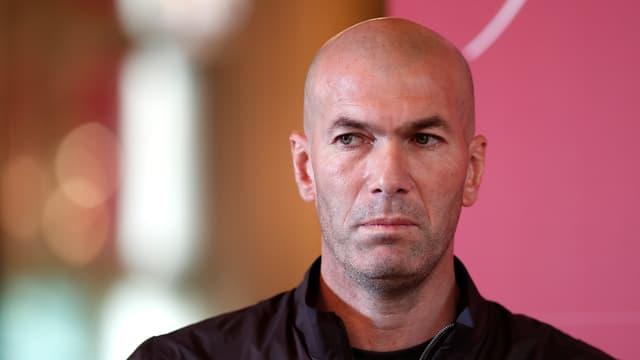 Zinedine Zidane blickt seitlich aus dem Bild