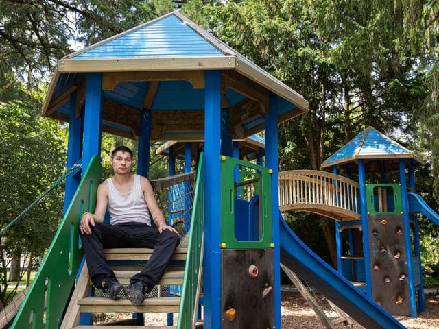 Peter Leutwyler auf einem Spielplatz.