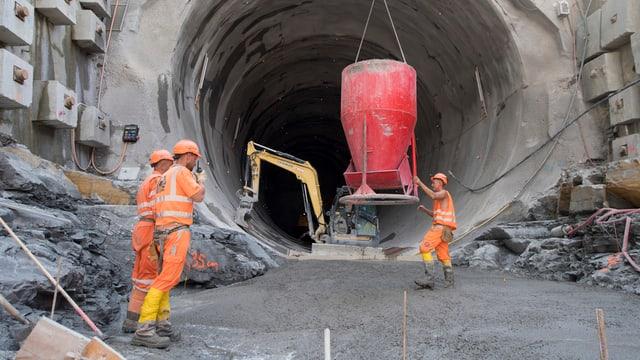 Arbeiter arbeiten auf der Baustelle am Eppenbergtunnel. (keystone)