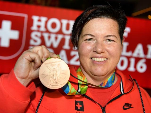Heidi Diethelm-Gerber posiert mit der Olympia-Bronzemedaille.