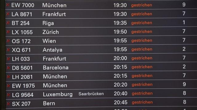 Eine Anzeigetafel zeigt die gestrichenen Flüge