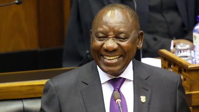 Der neue südafrikanische Präsident Cyril Ramaphosa steht an einem Rednerpult in Cape Town.