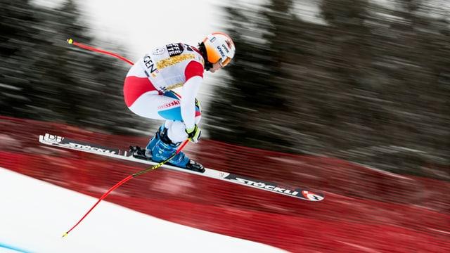 Abfahrer Urs Kryenbühl springt im Training zur Lauberhornabfahrt 2017 weit