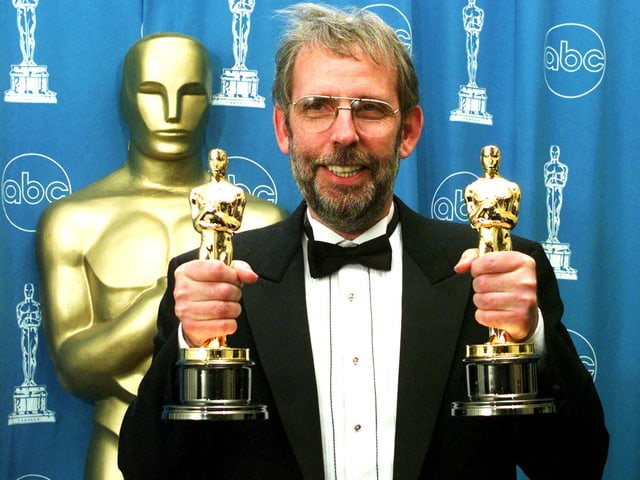 Walter Murch hält zwei Oscars in den Händen
