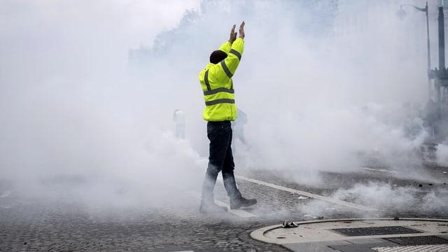 Ein «Gilet Jaune» in einer Nebelschwade.