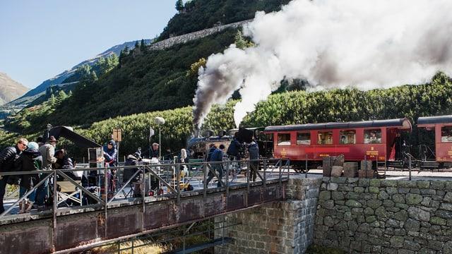 Rote Eisenbahn mit Film Crew