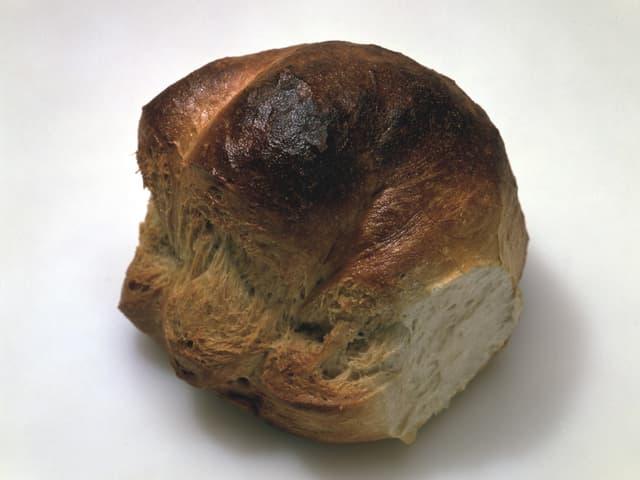 Ein Laib dunkel gebackenes Brot.