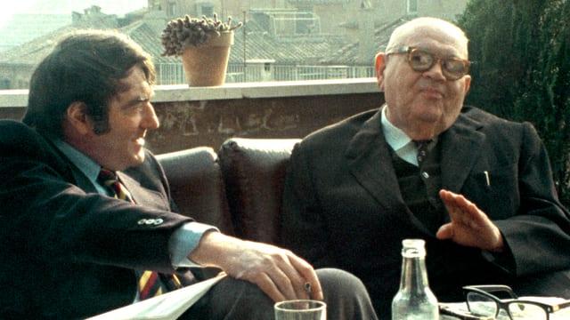 Claude Lanzmann beim Interview mit Benjamin Murmelstein auf einem Balkon.
