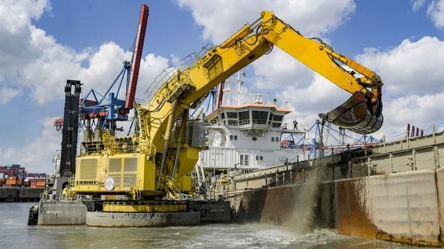 Hamburg im Juni 2020: Ein Bagger holt bei Arbeiten zur Elbvertiefung Schlick aus einem Hafenbecken.