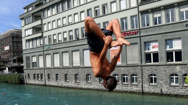 Salto in die Aare in Thun.