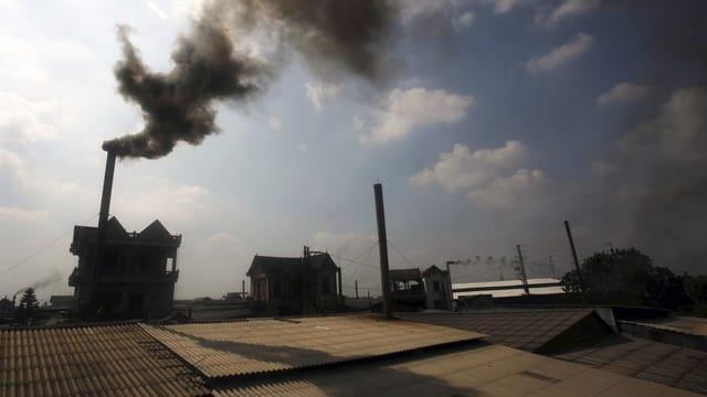 Papierfabrik in Vietnam. Rauchende Schornsteine.