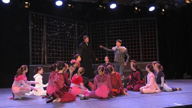 Die jugendlichen Darstellerinnen und Darsteller auf der Cats-Bühne.