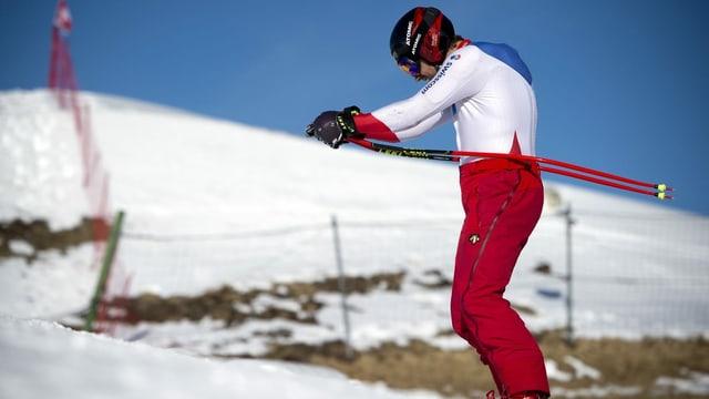 Mauro Caviezel steht vor einem Hang mit wenig Schnee