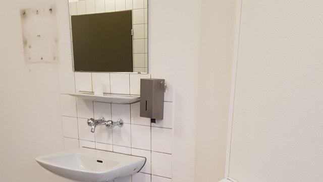 Waschbecken mit Spiegel und Seifenspender
