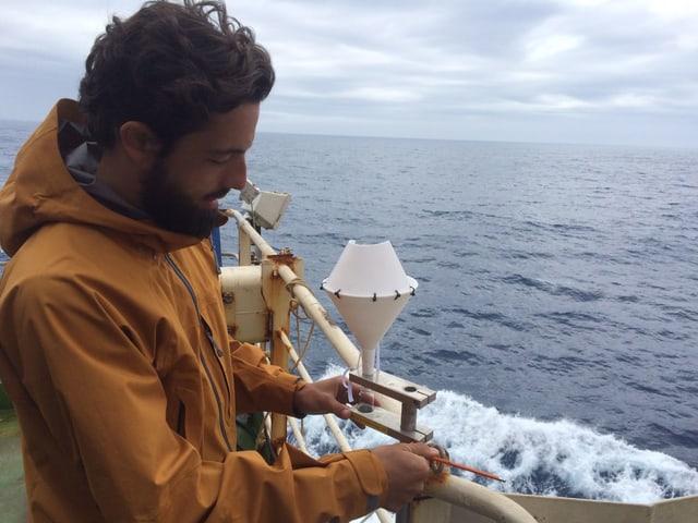 Pascal Graf von der ETH Zürich wechselt das Auffangglas unter dem Regentrichter.
