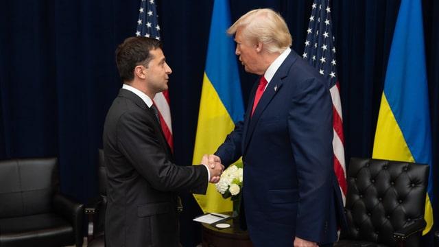 Wolodimir Selenksi und Donald Trump schütteln sich die Hand