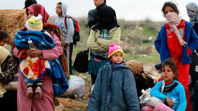 Syrische Flüchtlinge ruhen sich nach der Grenzüberquerung zu Jordanien aus.