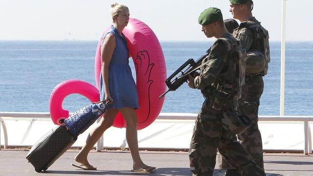 Militar franzos vid far patruglia a la costa da la mar.