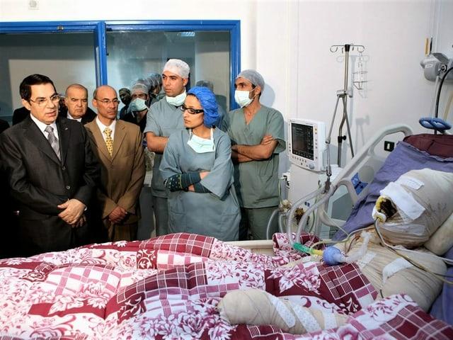 Der tunesische Präsident Zine El-Abidine Ben Ali bei einem Krankenhausbesuch bei Mohamed Al Bouazzizi .