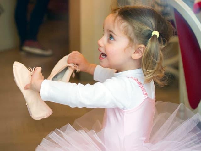 Sole Hunziker mit Ballettschuhen in der Hand.