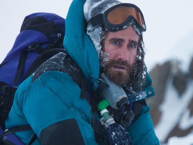 Jake Gyllenhaal als sichtlich von der Kälte gezeichneter Bergführer.