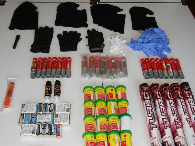 25 Notfackeln, 16 Rauchbomben, 5 Turbo-Leuchtfackeln, 25 Knallkörper und 2 Pfeffersprays