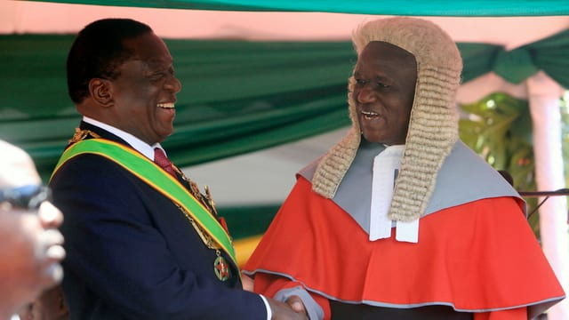 Der 75-jährige Mnangagwa ist dank der Unterstützung durch das Militär in das Präsidialamt gelangt.