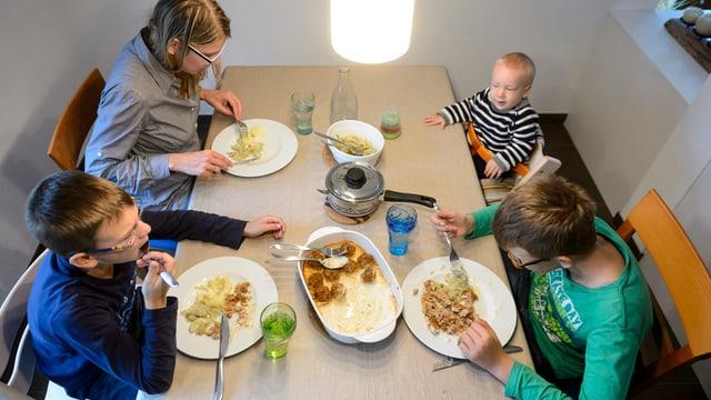 Eine Familie beim Essen.