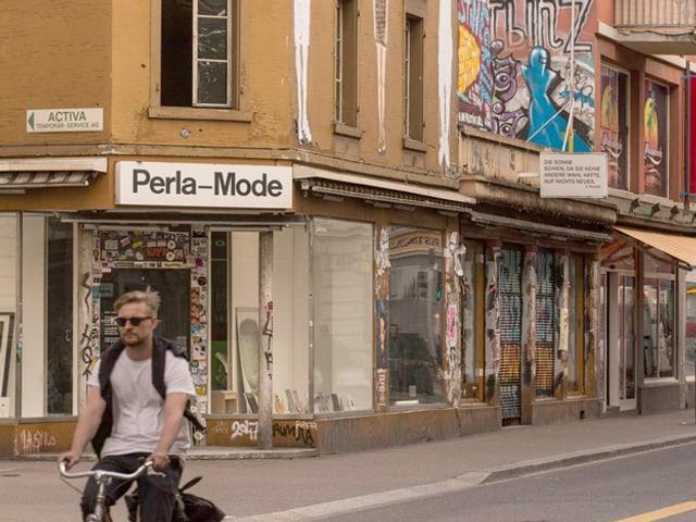 Blick auf eine Häuserzeile mit der Aufschrift Perla-Mode.