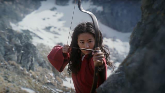 Mulan spannt einen Pfeil in ihren Pfeilbogen.