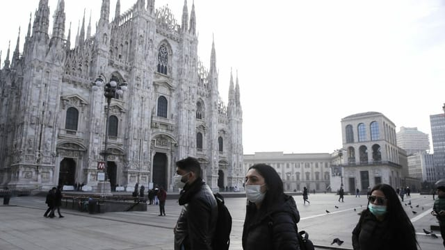 Personen vor dem Dom in Mailand mit Atemschutzmaske.