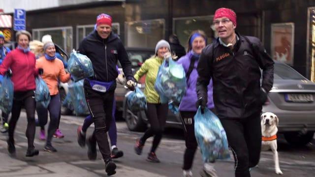 Gruppe Jogger mit Mülltüten in der Hand