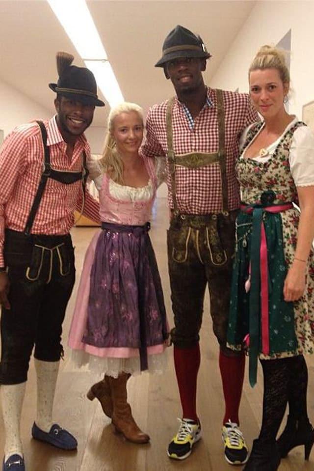 Sprintstar Usain Bolt stattete dem Münchner Oktoberfest einen Besuch ab. Trotz traditionellem Outfit – auf seine Turnschuhe wollte er nicht verzichten