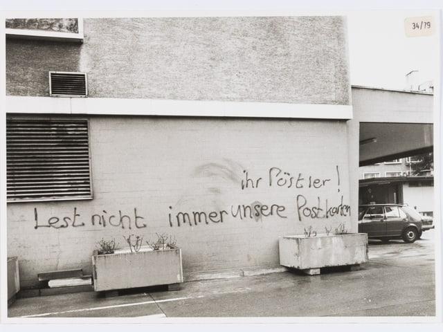 An der Wand steht: «Ihr Pöstler! Lest nicht immer unsere Postkarten.»