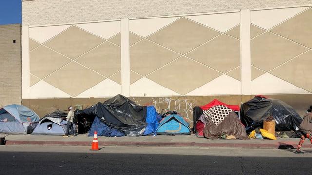 Zelte von Obdachlosen stehen auf den Gehsteigen San Franciscos.