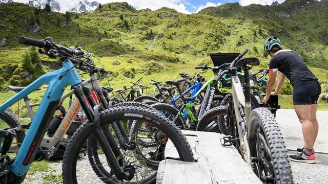Zig E-Bikes stehen in einem Veloständer in den Bergen.