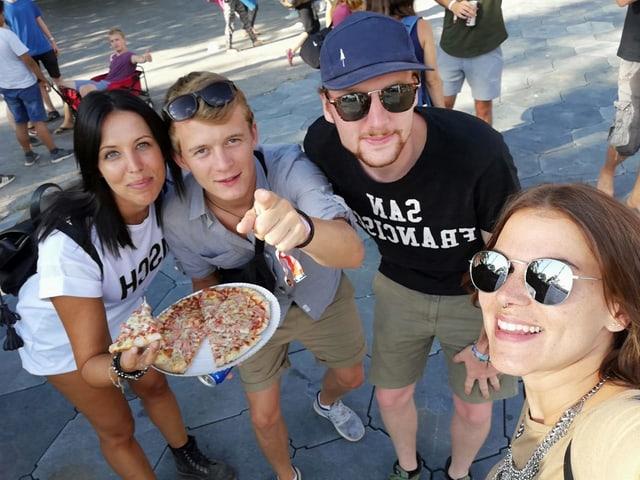 Loris und David spendieren je ein Pizza-Stück. Vier Franken gespart.