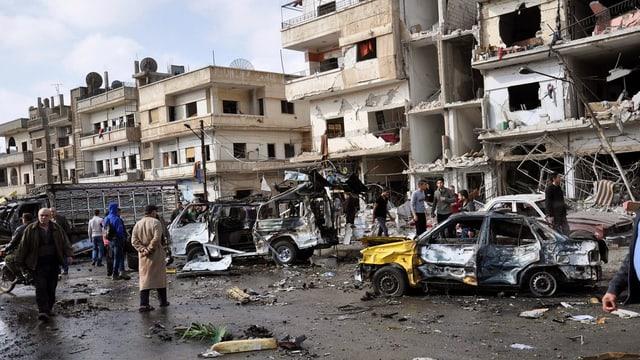 En la citad da Homs en Siria ha i dà duas explosiuns. Sin il maletg ves'ins devastaziuns da chasas ed autos.