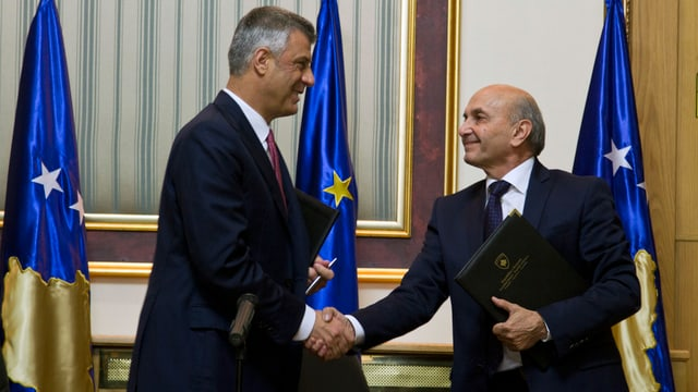 Hashim Thaci (links) und Isa Mustafa (rechts) reichen sich die Hand.