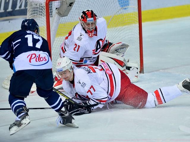 Dimitri Megalinski versucht am Boden liegend einen Schuss zu blocken.